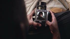 Närbildsikten av mannen öppnar en räkning för videoregistreringsapparat av den gamla flyttning-filkameran Fotografen tar fotoet a arkivfilmer