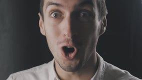 Närbildsinnesrörelse av den häpna förvånade unga mannen Plötslig seger eller framgång stock video