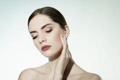 Närbildskönhetstående av en ung kvinna. Royaltyfria Bilder