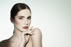 Närbildskönhetstående av en ung kvinna som ser kameran. Royaltyfria Bilder