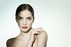 Närbildskönhetstående av en ung kvinna som ser kameran. Fotografering för Bildbyråer
