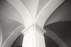 Närbildskott av a av den nya gotiska stilkolonnen och den bästa delen av gallerit i Siena, Tuscany & x28; svart och white& x29; Fotografering för Bildbyråer