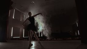 Närbildskott av ballerina ben Hon dansar p? hennes pointebalettskor Hon bär den svarta ballerinakjolklänningen Skjutit i a lager videofilmer