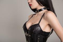 Närbildskott av den sinnliga gotiska flickan i svart fetischkorsett Royaltyfri Bild