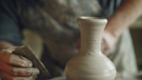 Närbildskott av denfärdiga keramiska krussnurret på hjulet för keramiker` s och lera för handstöpning med yrkesmässiga hjälpmedel lager videofilmer