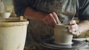 Närbildskott av denfärdiga keramiska vassnurret på hjulet för keramiker` s och lera för handstöpning med yrkesmässiga hjälpmedel stock video