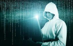 Närbildskott av en en hacker med den gömda framsidan i Hoodieanseende i mitt av datorhallen mycket av kuggeserveror och royaltyfria foton