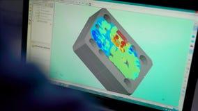 Närbildskott av en tekniker som gör modellen 3d av en detalj på datoren, moderna teknologier arkivfilmer