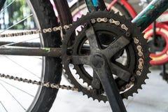 Närbildskott av gammal rostig cykelmotreaktion Royaltyfri Bild