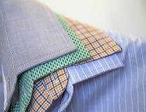 Närbildskott av mäns skjortakragar Arkivbilder