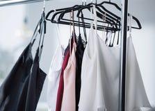 närbildskott av olikt hänga för klänningar arkivbilder