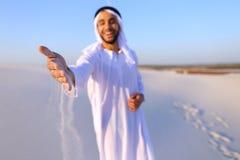 Närbildskott av ståenden och händer av den unga arabiska grabben i sandigt D royaltyfria foton