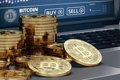 Närbildskott på Bitcoin högar som lägger på datoren med handeldiagrampå-skärmen Fotografering för Bildbyråer