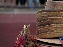Närbildskottet av den traditionella mexikanen hand-tillverkade hattar och andra objekt i San Miguel de Allende Royaltyfri Bild