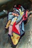 Närbildskottet av handgjort färgrikt handarbete hängde på det trä arkivbild