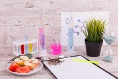 Närbildskrivbord av labbarbetaren Provrör och flaskor royaltyfri bild