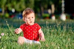 Närbildsommarståenden av härligt behandla som ett barn flickan på gräsmattan i parkera Royaltyfri Fotografi