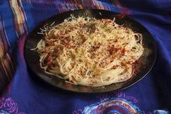 Närbildspagetti med ost, paprika, basilika och sol-torkade tom Royaltyfri Fotografi