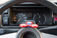 NärbildSpinnare-rastlös människa är en leksak för shunting tid som är i bilen i anseende i en automatisk trafikstockning Arkivbild