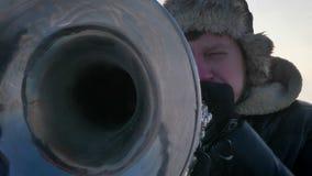 Närbildstående av den allvarliga caucasian musikern som aktivt spelar trumpeten i solsken på vinternaturbakgrund lager videofilmer