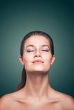 Närbildstående av den attraktiva unga härliga modellkvinnan arkivfoton