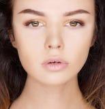 Närbildstående av den beautyful brunettkvinnan Royaltyfri Bild