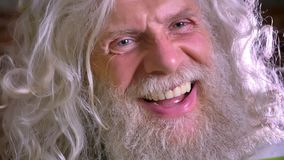 Närbildstående av den caucasian farmodern, det enorma långa vita skägget och hår som lyckligt skrattar på kameran i rörelse, tege stock video