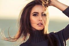 Närbildstående av den härliga brunettkvinnan utomhus Royaltyfria Bilder