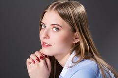 Närbildstående av den härliga flickan Arkivfoto