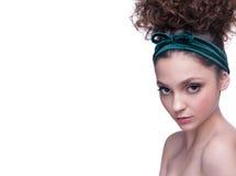 Närbildstående av den härliga kvinnan med ljus makeup och den krabba frisyren Dana den skinande highlighteren på hud, glanskantma Arkivbilder