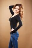 Närbildstående av den härliga sexiga unga kvinnan med långt brunt hår över brun bakgrund Royaltyfri Foto