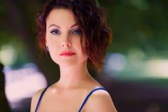 Närbildstående av den härliga unga brunetten Fotografering för Bildbyråer