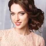 Närbildstående av den härliga unga kvinnan i den lyxiga klänningen, pastellfärgad färg Arkivbilder