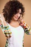 Närbildstående av den härliga unga kvinnan med ursnygg hårstil och makeup Arkivfoton