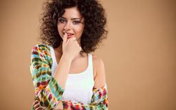 Närbildstående av den härliga unga kvinnan med ursnygg hårstil och makeup Royaltyfri Fotografi