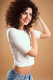 Närbildstående av den härliga unga kvinnan med ursnygg hårstil och makeup Royaltyfri Foto
