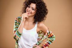 Närbildstående av den härliga unga kvinnan med ursnygg hårstil och makeup Arkivbilder