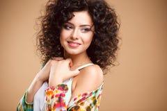 Närbildstående av den härliga unga kvinnan med ursnygg hårstil och makeup Arkivbild