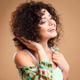 Närbildstående av den härliga unga kvinnan med ursnygg hårstil och makeup Royaltyfria Bilder