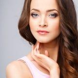Närbildstående av den härliga unga kvinnan med ursnyggt hår och naturlig makeup Royaltyfri Bild