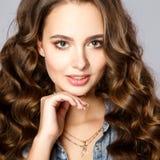 Närbildstående av den härliga unga kvinnan med ursnyggt hår och naturlig makeup som bär tillfällig kläder Arkivbild