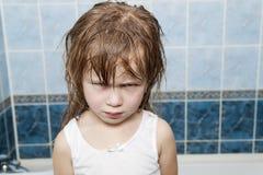 Närbildstående av den lilla aggressiva ilskna barnflickan royaltyfri foto