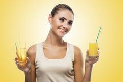 Närbildstående av den lyckliga unga kvinnan med äppelmust Begreppsvegetarian som bantar - sund mat Royaltyfri Foto