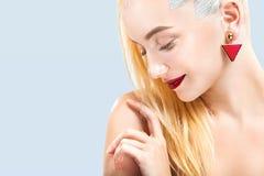Närbildstående av den sexiga blonda flickan med makeup Härlig modell, silverfrisyr Isolerat på blåttbakgrund för Royaltyfri Bild