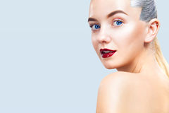 Närbildstående av den sexiga blonda flickan med makeup Härlig modell, silverfrisyr Isolerat på blåttbakgrund för Arkivfoto