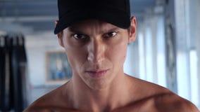 Närbildstående av den stiliga manliga konditionidrottsman nen på genomkörareidrottshallen arkivfilmer