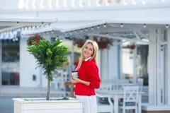 Närbildstående av den storartade caucasian flickadamen som bär den röda tröjan och den vita kjolen Älskvärd långhårig blond kvinn arkivfoton