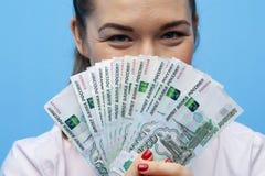 Närbildstående av den unga affärskvinnan med pengarkassafanen royaltyfri fotografi