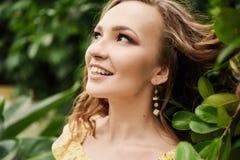 Närbildstående av den unga härliga flickan med sommarklänningen för lockigt hår i tropisk skog Royaltyfri Fotografi