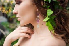 Närbildstående av den unga härliga flickan med sommarklänningen för lockigt hår i tropisk skog Royaltyfri Foto